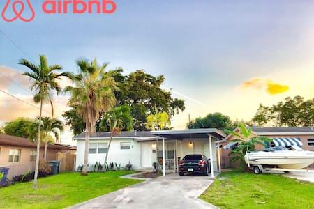 ENTIRE HOME for 8 New Kitchen+Bath! - Hallandale Beach - House