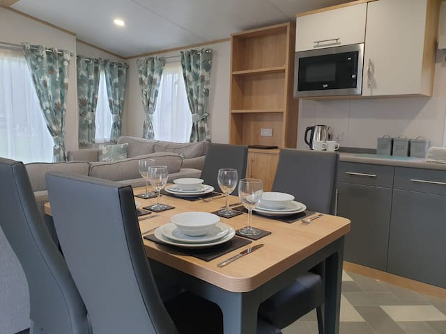 Willow Lodge - Luxurious Pet Friendly, 2 Bed Lodge