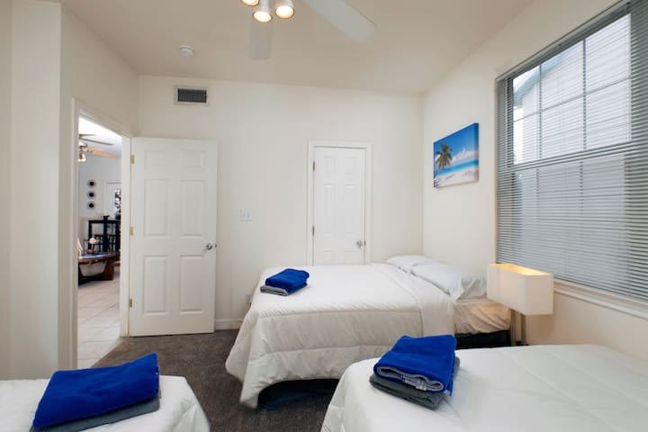 ~~MASTER BEDROOM, 3 QUEEN BEDS, FREE PARKING, POOL