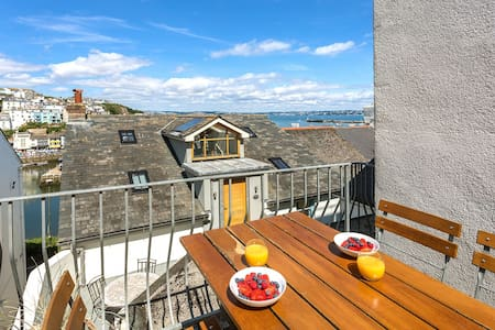 Sundeck Brixham - charming coastal home furnished with a deft hand. Sea views & free wi-fi. 2 minutes to harbour.