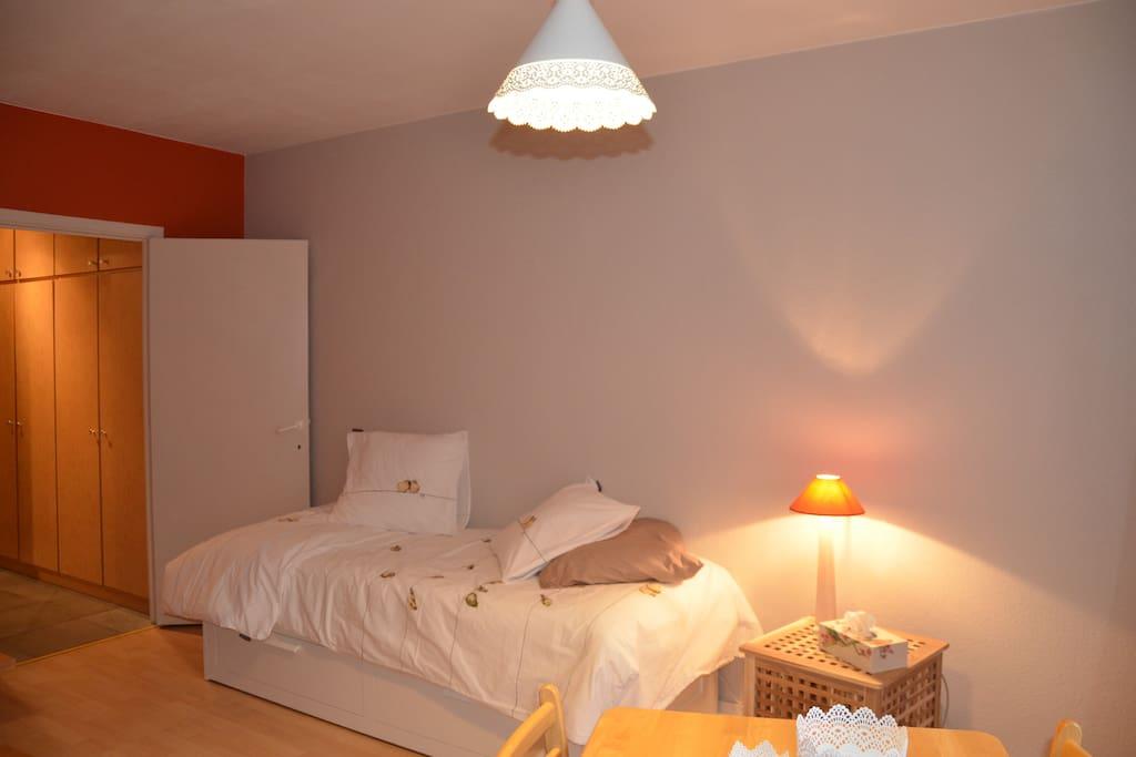 le lit  qui se tire pour devenir un lit 2 personnes d'1m60/ deux couettes
