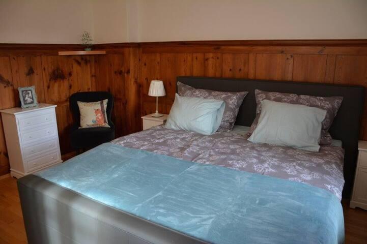 Schlafzimmer mit Doppelbett (180x200)