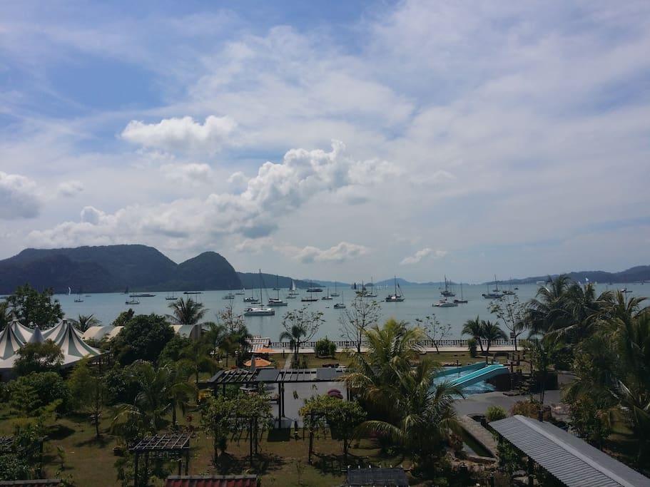 Époustouflante vue depuis les chambres de l'hôtel, bateaux, mer soleil et cocotiers...