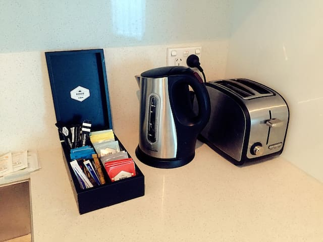 Equipped with stainless steel toaster/electric kettle 配有不锈钢多士炉/电热水壶