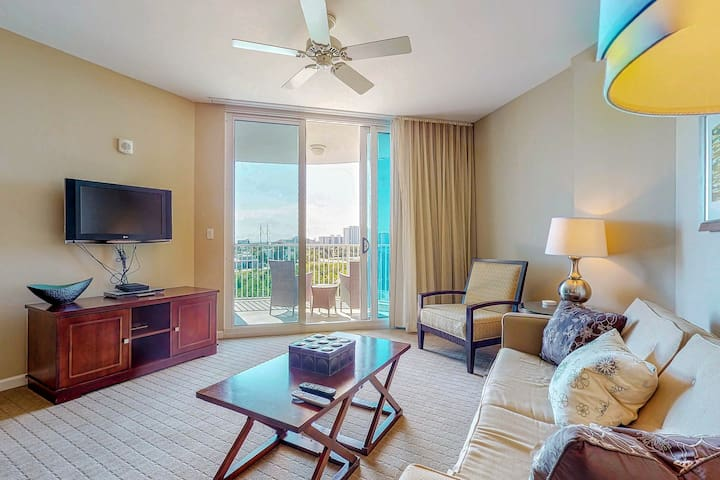Beautiful condo w/balcony, shared pool/hot tub-walk to beach