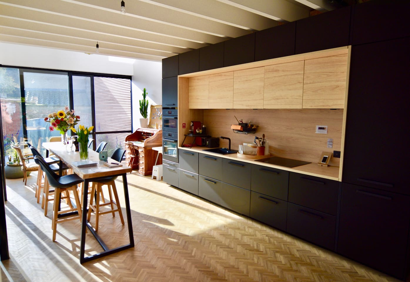 Kitchen with microwave, oven, dishwasher, Nespresso and regular coffeemachine, fridge and freezer -  dinertable and desk