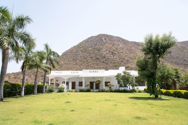 OYO - Special Deal! - Elegant 2BHK Monsoon Palace, Udaipur