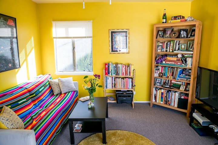 Colorful Room in Cozy Silverlake Apartment! + A/C!