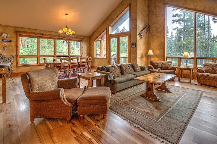 Ski-in/Ski-out, Incredible 4 bdrm mountain chalet, Private hot tub, Fantastic amenities, Sleeps 12! - Snowflake Chalet