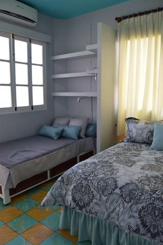 2)Cuenta también con una pequeña cama individual, que permite alojar a un niño o a una tercera persona. / It also has a small single bed, which can accommodate a child or a third person.