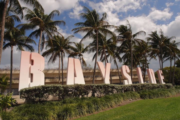 5 mins walking distance to BAYSIDE