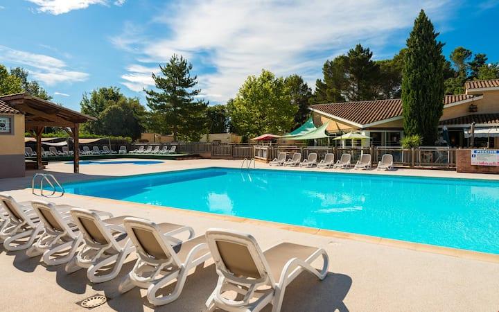 Maison lumineuse avec terrasse | Accès saisonnier à la piscine!
