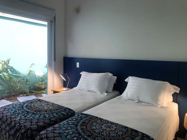 Suite 3 com duas camas de solteiro tamanho padrão que podem ser juntadas formando uma cama de casal tamanho king californiano (1,80 x 2,00)