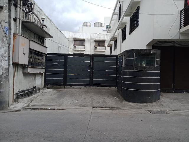 Private room own cr/ parking near moa. airport