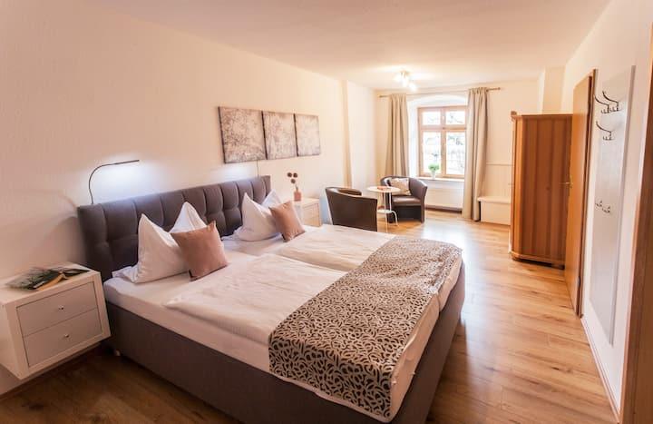 Ökonomiehof (Lichtenfels), Ferienwohnung Blauer Turm mit gemütlicher Essecke und sofa