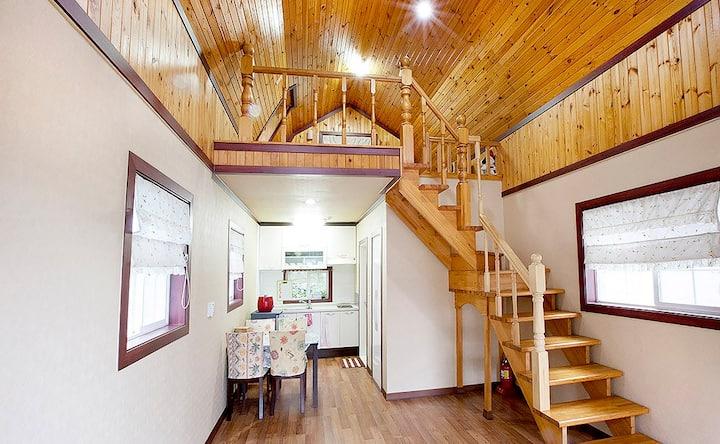 아늑한 원목과 박공형태가 동화 속 집이 연상되는 백일홍 객실