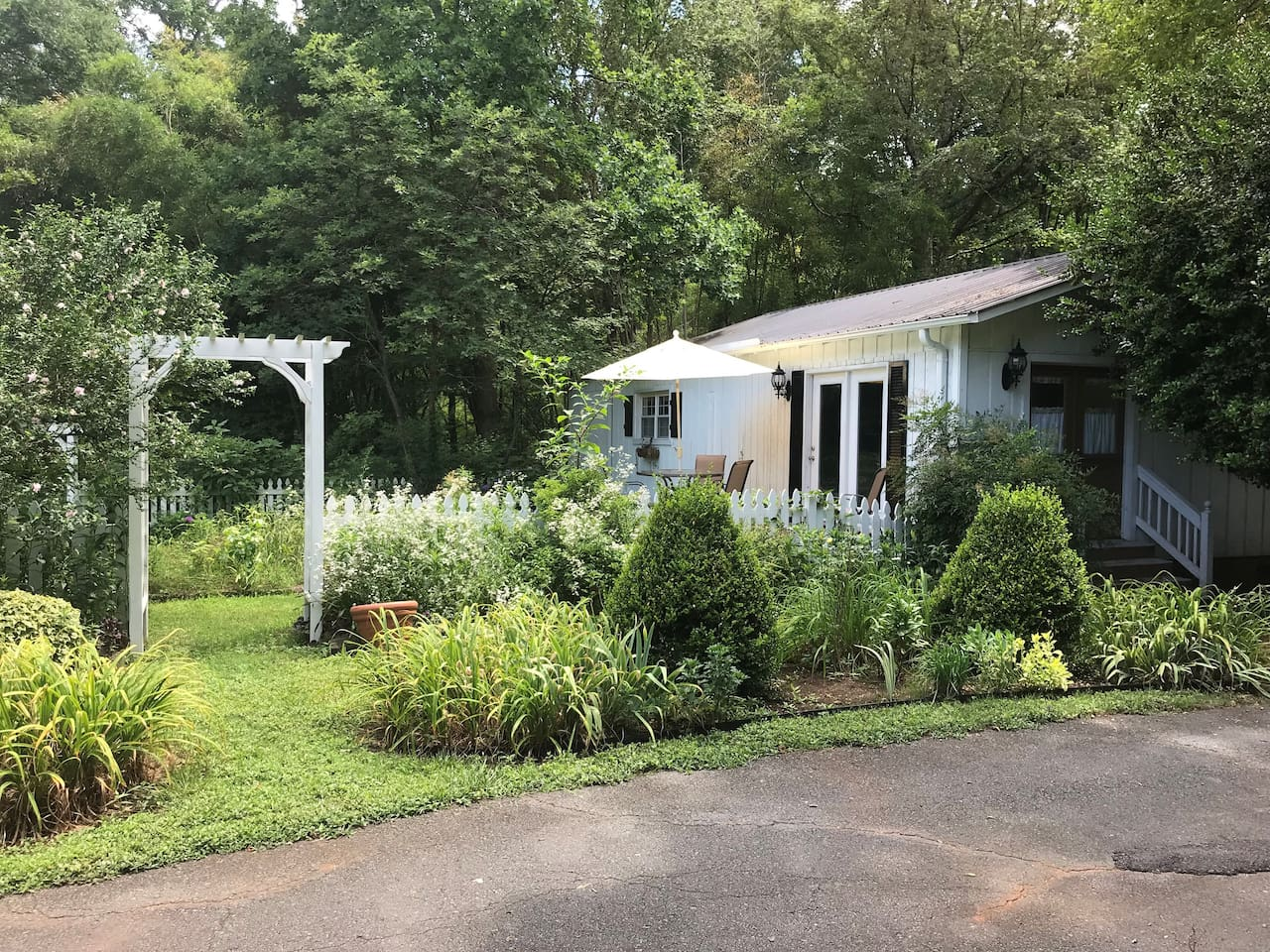 Quaint beautiful private Cottage with lush gardens and your own private deck for reading and relaxing
