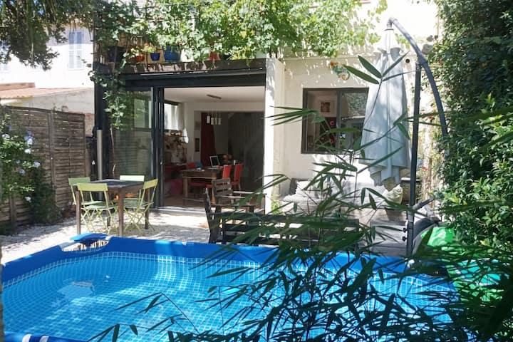 Palmier, bambous et piscine en centre-ville
