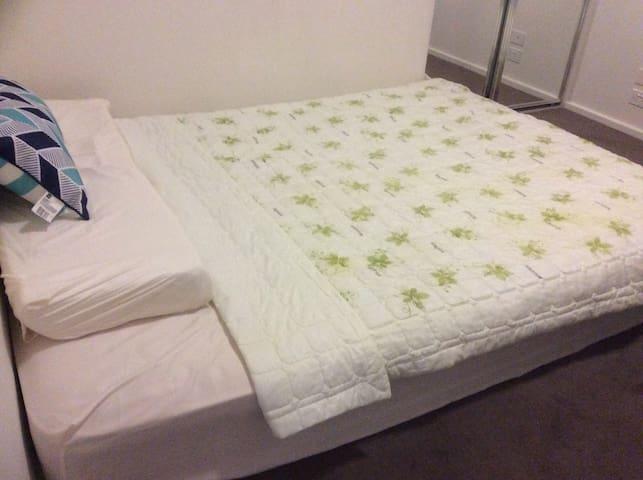 Cozy queen size bed room near cityB - Parkville - Apartamento