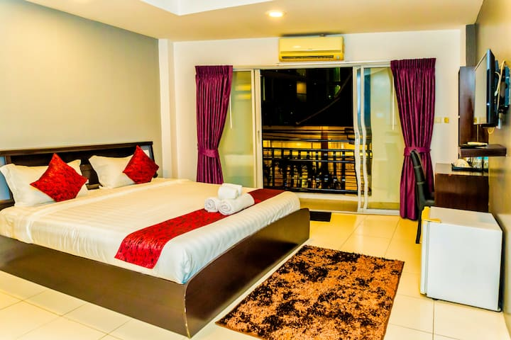 Deluxe Suite with balcony close to Walking Street and Night Market