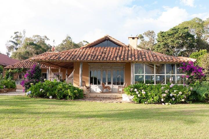 Espectacular Casa de Artistas con Vista al Cañón
