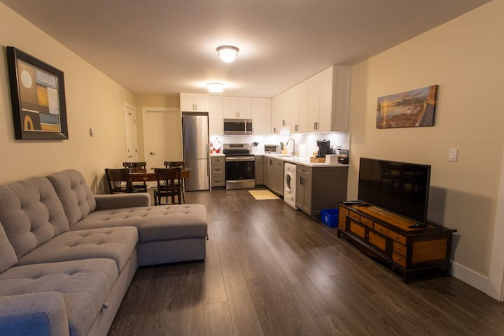 Modern, private and comfy suite - 12 min from SFU