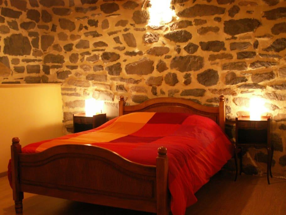 1 chambre spacieuse avec lit double et grande armoire de rangement.