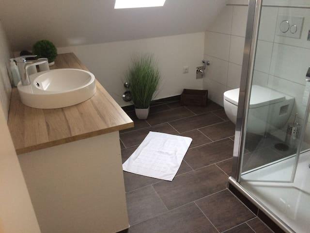 schönes und modernes Badezimmer mit FBH
