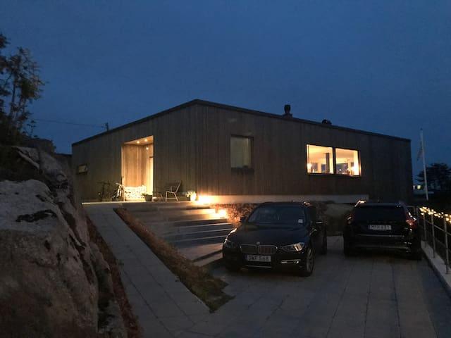 Huset ligger högt i sydväst läge med en strålande havsutsikt