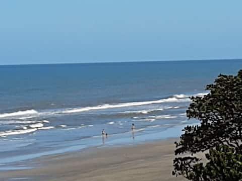 """Apartamento frente ao mar, """"pé na areia"""" em lugar tranquilo com vaga exclusiva de estacionamento em Itanhaém"""