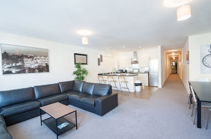 The Broadmead Forest - Spacious 3BDR Apartment