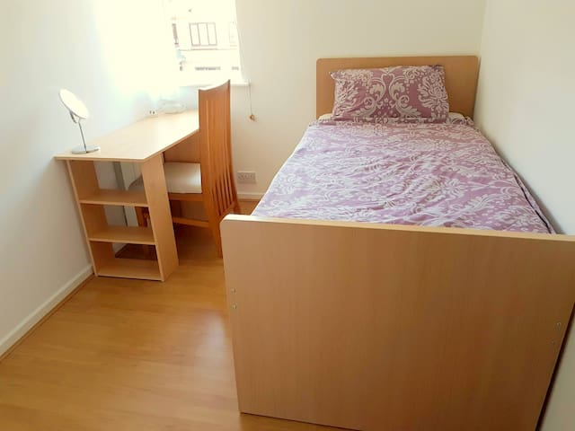 Single room 2 mins from tube