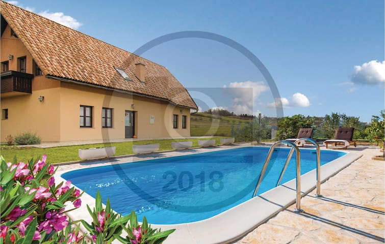 Holiday cottage with 4 bedrooms on 160 m² in Krasic