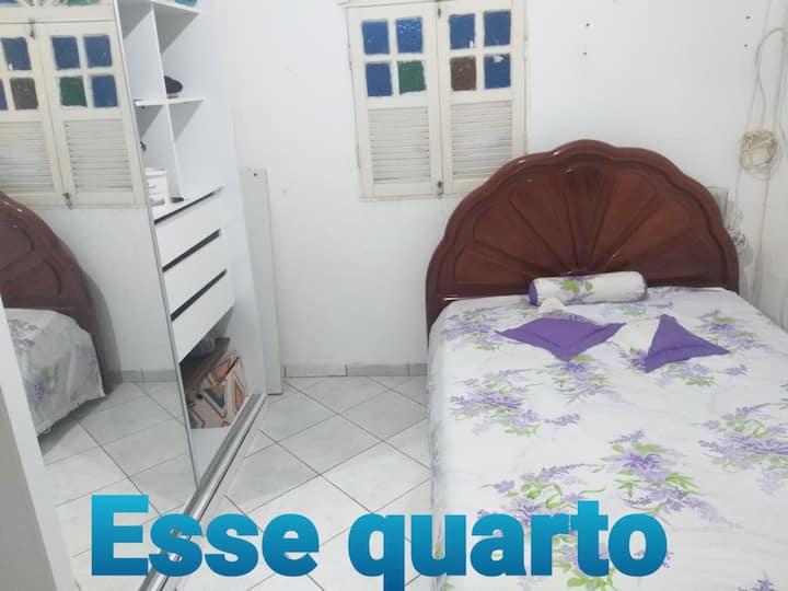 QUARTO em Itapuã com cama de casal