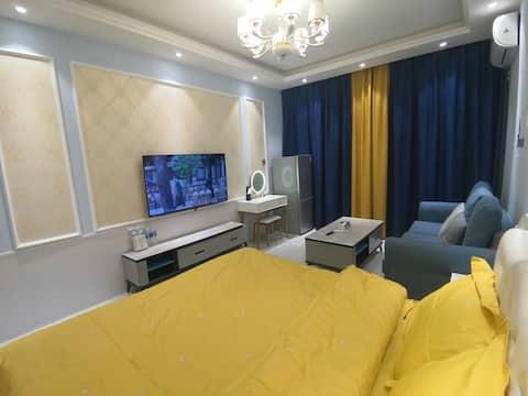 恒丰中央广场精品朝阳大床房,软床垫,可洗衣服可做饭。家具家电齐全,舒适度高。