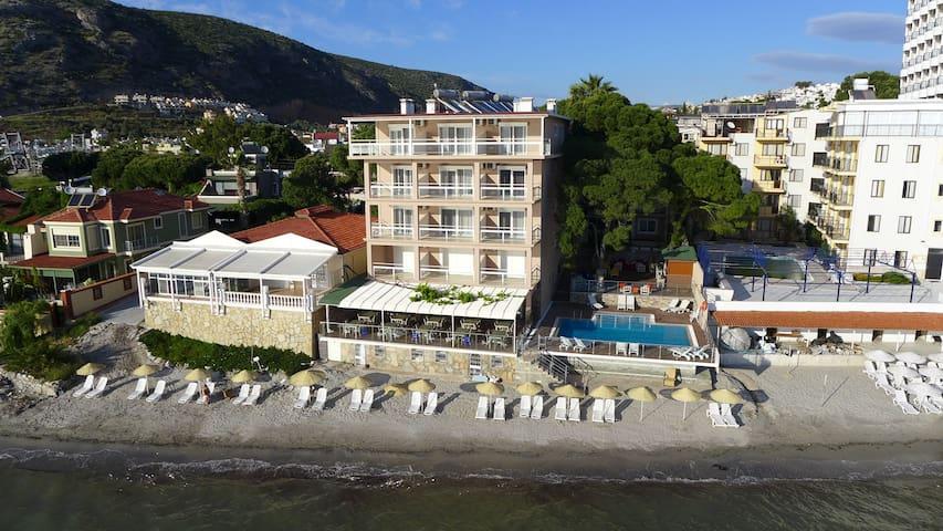 Melis Otel Deniz Manzaralı Suit Oda - Kusadasi - Bed & Breakfast