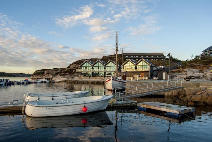 Lekker og innbydende fjordsuite ved sjøkanten
