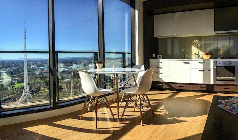 Immerse Yourself in Art & Stunning Top Floor Views - Southbank - Apartment