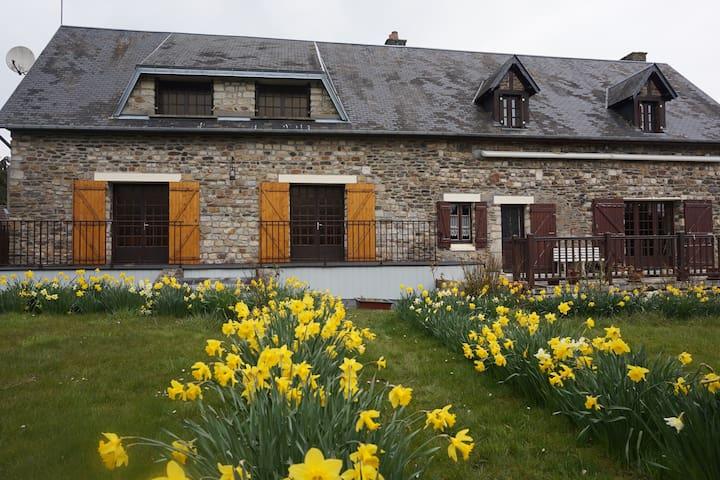 Maison vue de face avec ses fleurs du printemps