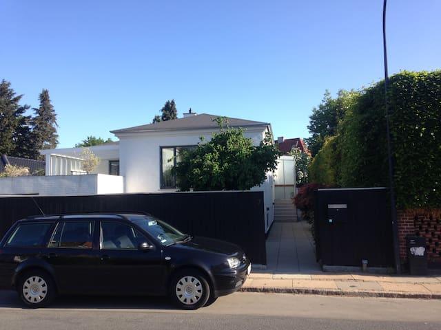 Modern family house near beach, forrest, city. - Charlottenlund - Huis