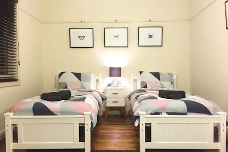 HUGE ROOM IN ART-DECO DELIGHT!! - Caulfield - Apartament