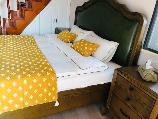 主卧1.8米美式实木双人床,景观落地玻璃窗,配以花为媒乳胶床垫,高端纯棉床品,格力空调,55寸小米液晶电视