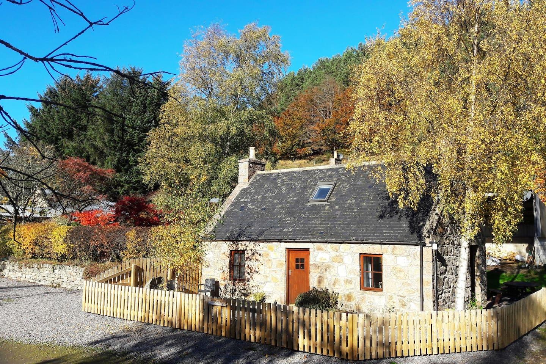 Brideswell Bothy in autumn sun