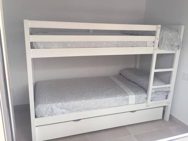 Dormitorio con 2 camas en litera y cama nido