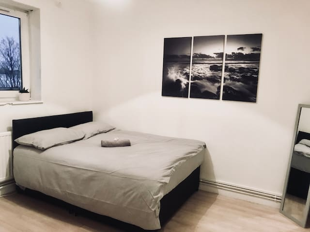 Quiet Private Bedroom - 5 min from Central Line