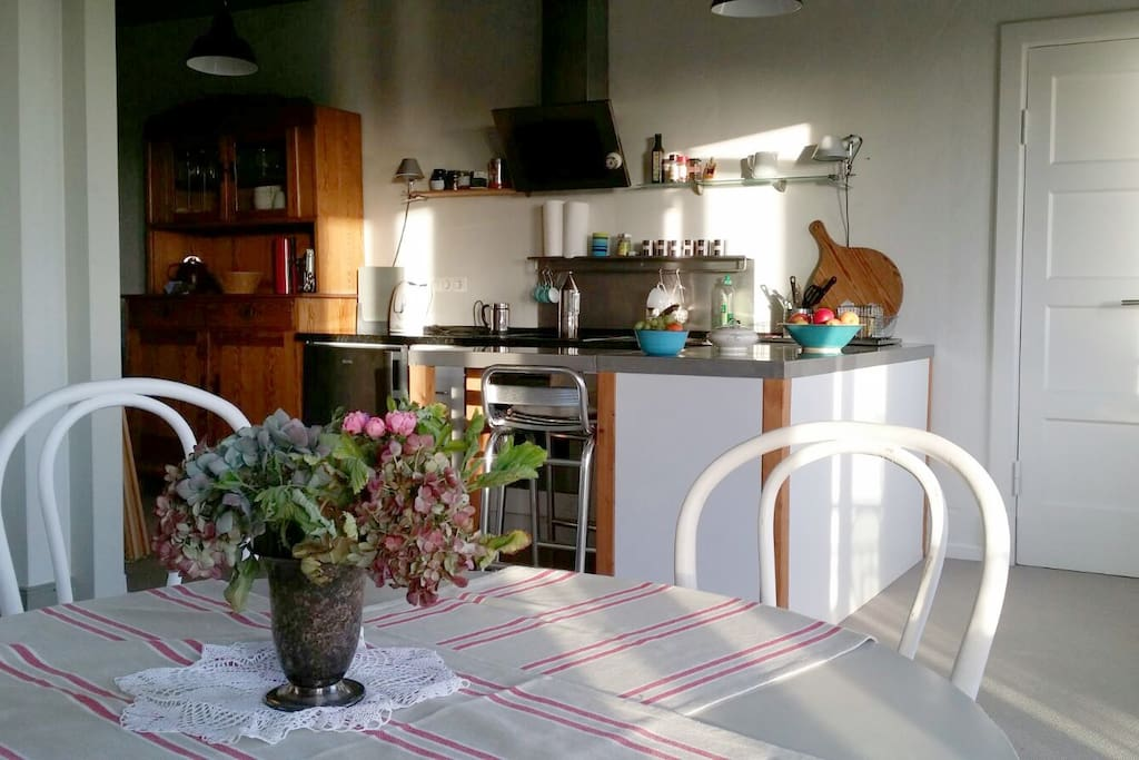 Essplatz und Küchenansicht
