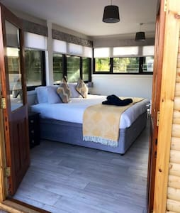 Luxury  Cabins 3 miles from Derry  with hot tub