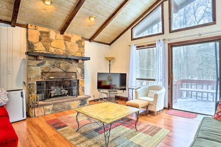 Luxe Poconos Cabin w/ Pool Access 25 Min to Skiing