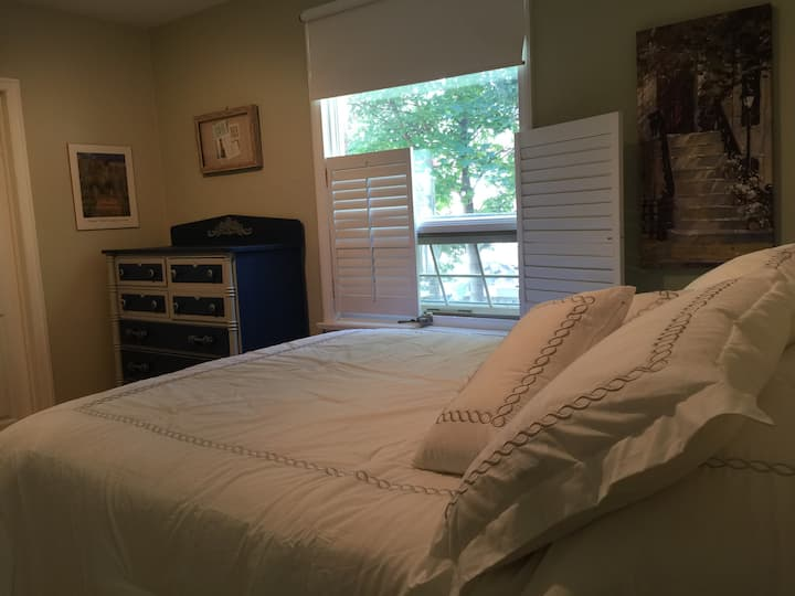 Blue Room, Quiet Home, Central Location, Barrie