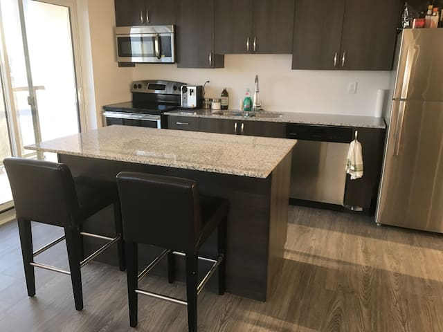 Modern 2bdr just outside the city - Pickering - Condominium